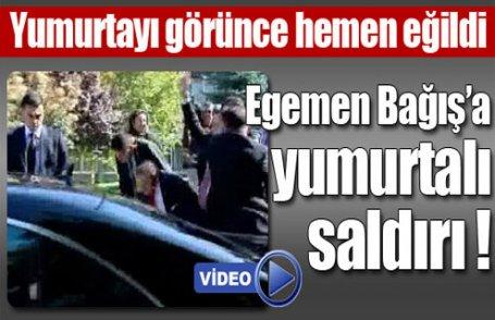 Egemen Bağış'a yumurtalı saldırı (Video)