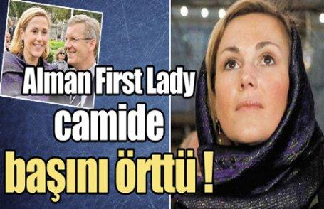 First Lady Sultanahmet'te başını örttü