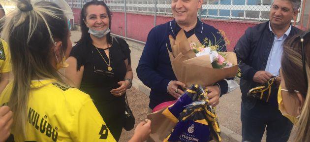 İmamoğlun'dan Bayazıt Spor Kadın Futbol Takımına Destek