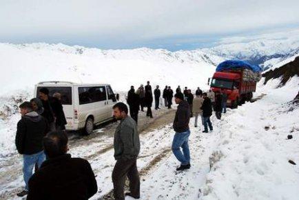 Kar, köy yollarını kapattı